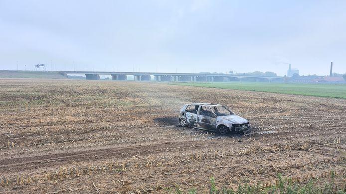 De auto staat totaal uitgebrand en verlaten in het weiland langs de Schaapsdijk in Arnhem.