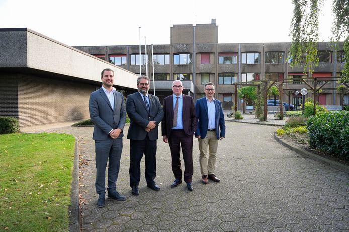 Schepen Tomas Roggeman, directeur van Mariatroon Johan Vermoesen, burgemeester Piet Buyse en algemeen directeur van de stad Wouter Van der Vurst hebben een principieel akkoord voor een overname van Hof ter Boonwijk.