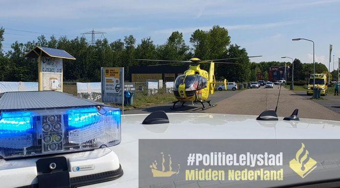 De politie heeft de toerit naar de McDonalds/KFC in Lelystad dichtgezet zodat een traumaheli een arts af kon zetten om bij de ambulance in te stappen.