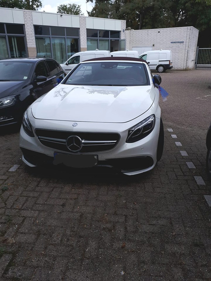 De in beslag genomen auto uit de huwelijksstoet in Bergen op Zoom.