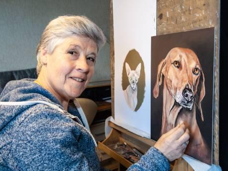 Nel (68) schildert overleden huisdieren tot leven: 'Zelfs stoere kerels pinken soms een traantje weg'