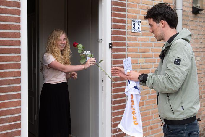 Levi van ERp, mentor van klas MT4B van het Dongemond college in Made gaat langs de geslaagden om de cijferlijst, een roos en een wimpel te brengen. Hier staat hij aan de deur bij Tara Oonincx.