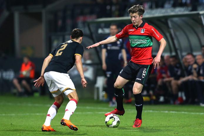 NEC'er Ole Romeny daagt jong AZ speler Viktor Karl Einarsson uit.
