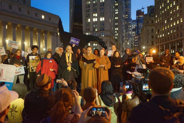 Op het plein bij de beurs op Manhattan werden gisteren de slachtoffers van de aanslag herdacht. Beeld Photo News