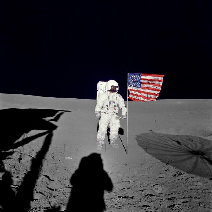 Edgar D Mitchell staat in februari 1971 op het maanoppervlak naast de Amerikaanse vlag