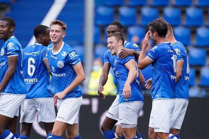Paco van Moorsel (rechts) grijpt naar zijn voorhoofd, terwijl Steven van der Heijden (tweede van rechts) de felicitaties krijgt voor zijn aandeel in de winnende goal van FC Den Bosch.