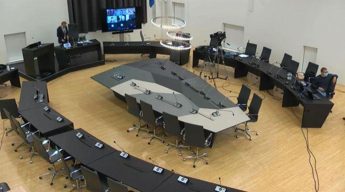 Vanuit een bijna lege gemeenteraadszaal zit burgemeester Koos Janssen dezer dagen een videovergadering voor. Maar meer invloed op wat er wordt besloten, krijgen inwoners niet.