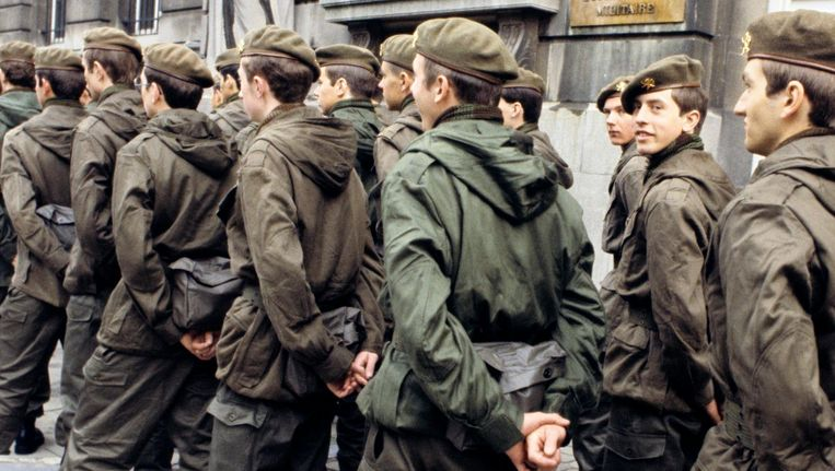 Is het een goed idee om de dienstplicht opnieuw in te voeren. Twee ex-miliciens blikken terug op hun periode 'onder de wapens'.