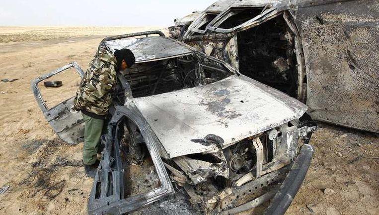 Een auto die volgens de rebellen verwoest is door de NAVO. Beeld reuters