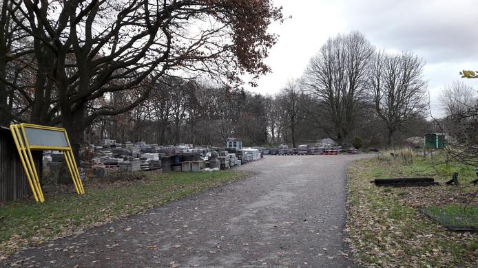 Het gemeentelijk opslagterrein aan de Zandkamweg in Ermelo was oorspronkelijk de locatie waar containerwoningen moesten komen te staan voor mensen die in gewone woonwijken overlast veroorzaken.
