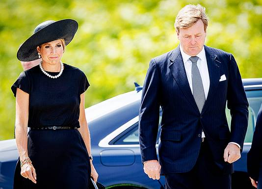 Koning Willem-Alexander en koningin Maxima komen aan bij de ceremonie