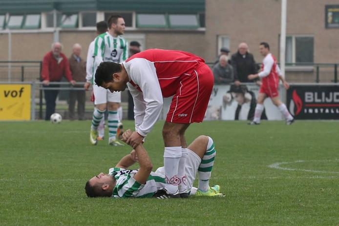 Een speler van MASV helpt zijn tegenstander van Spero een handje. Archieffoto:Gerard Burgers