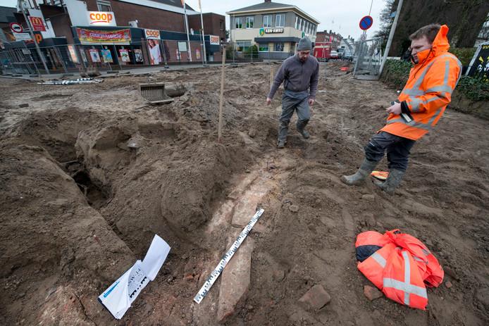 De Herman Kuijkstraat gaat niet voor het eerst op de schop. Bij werkzaamheden aan de kruising met de Rijksstraatweg kwamen eerder twee delen van een oude muur naar boven.