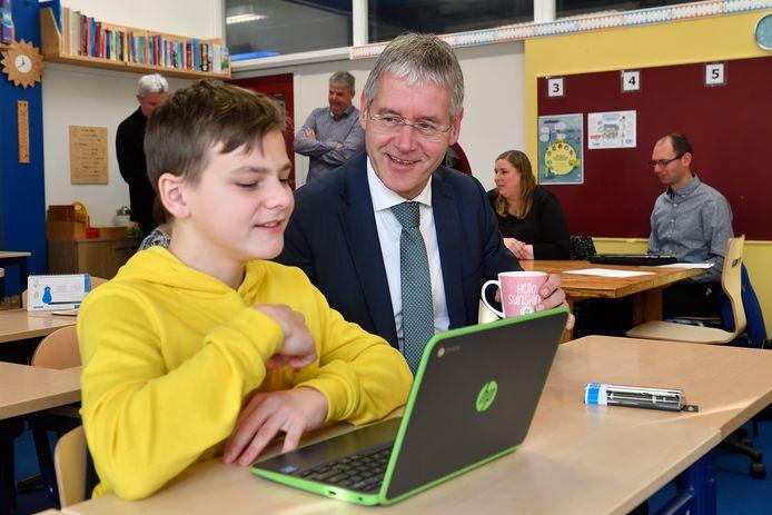 Minister Arie Slob - hier op bezoek bij een school in Soest - wil dat scholen in het nieuwe lespakket meer ruimte krijgen om ook eigen vakken aan te bieden, die aansluiten bij de visie van de school.