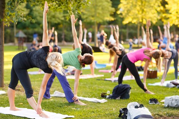 Een yogasessie in openlucht.
