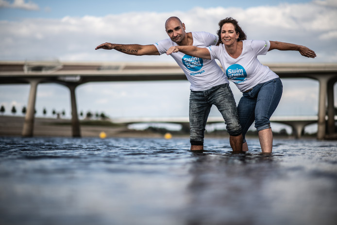 Perry Ubeda en Elvira den Hartog in de Spiegelwaal voor Swim To Fight Cancer.