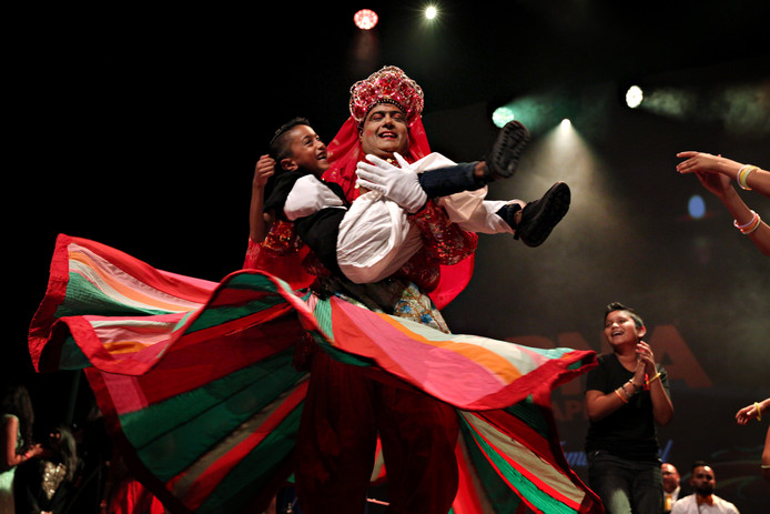 Tijdens een optreden van Prem Kowlesar in theater Zuidplein komen ook anderen het podium op om mee te dansen.