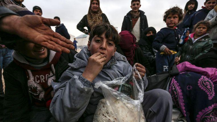Syrische vluchtelingen in een kamp in Bab al-Salam, nadat ze de stad Aleppo zijn ontvlucht. Hulporganisaties konden deze stad wel bereiken om humanitaire hulp te leveren. Beeld ap