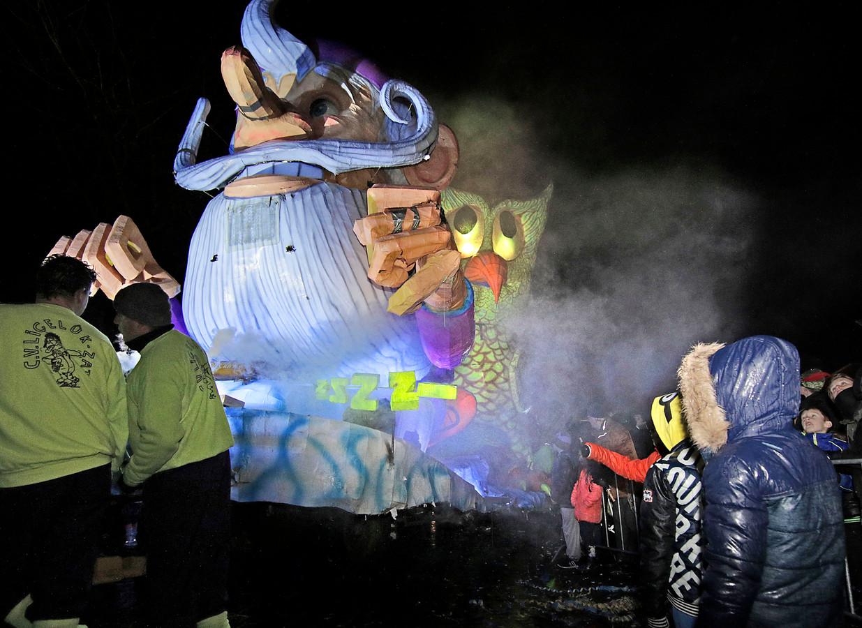 Verlichte optocht Berghem \'uit de kunst\' | Foto | bd.nl