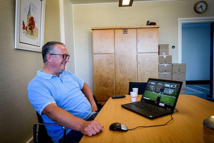 Arjan Kampman bekijkt Opstandelingen. Op de laptop Sophie Hilbrand die half mei bij de wethouder voor de deur stond.