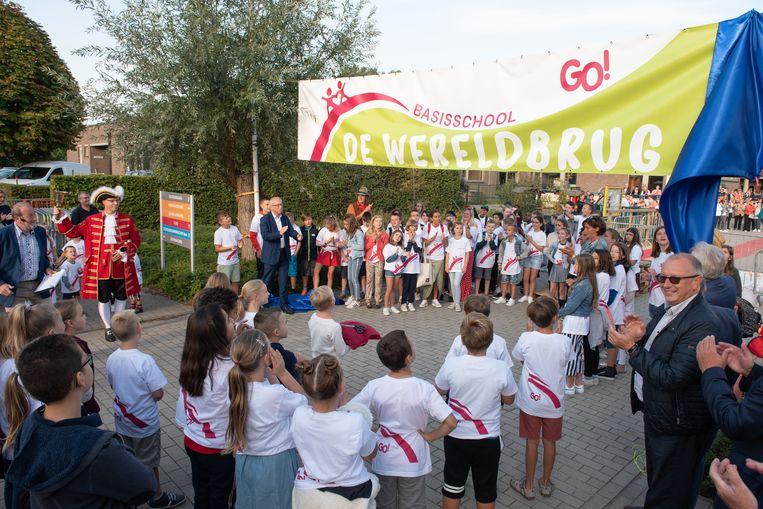 """""""De Wereldbrug"""", de nieuwe naam van de basisschool aan de Aalststraat werd feestelijk onthuld."""