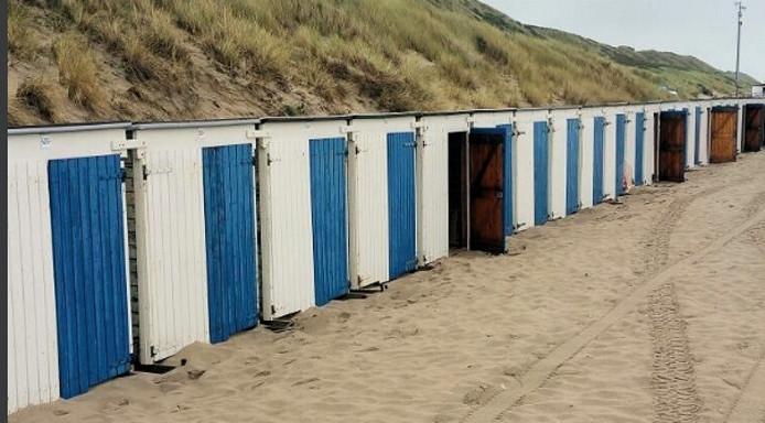 Enkele tientallen strandhuisjes bij Veere werden opengebroken.