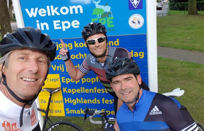 Edwin van der Sar, Menno Geelen en Marc Overmars komen veilig aan in Epe.