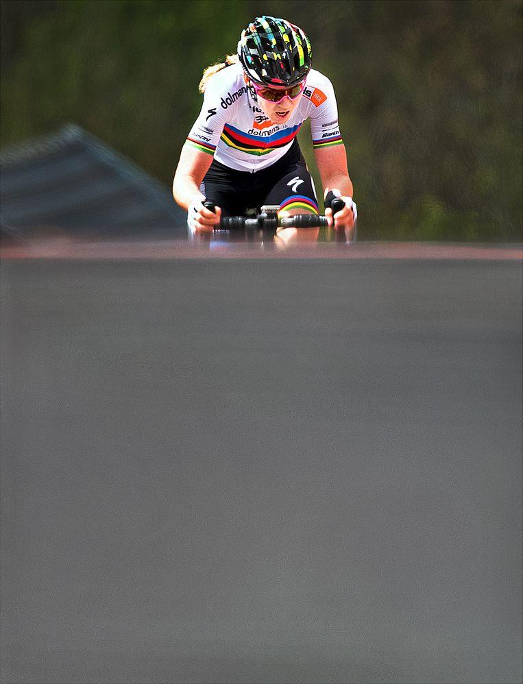 Anna van der Breggen komt in haar Regenboogtrui als eerste boven op de Muur van Hoei en wint voor de 5e achtereenvolgende keer de Waalse Pijl. Beeld Klaas Jan van der Weij