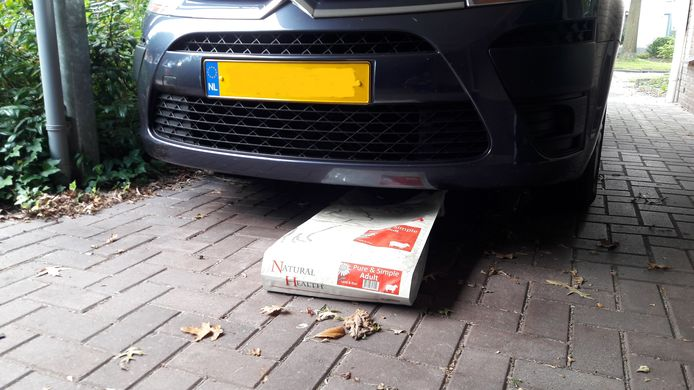 De oplossing van Gerda Slijkhuis om de steenmarter te verjagen: een zak met hondenhaar onder de auto.