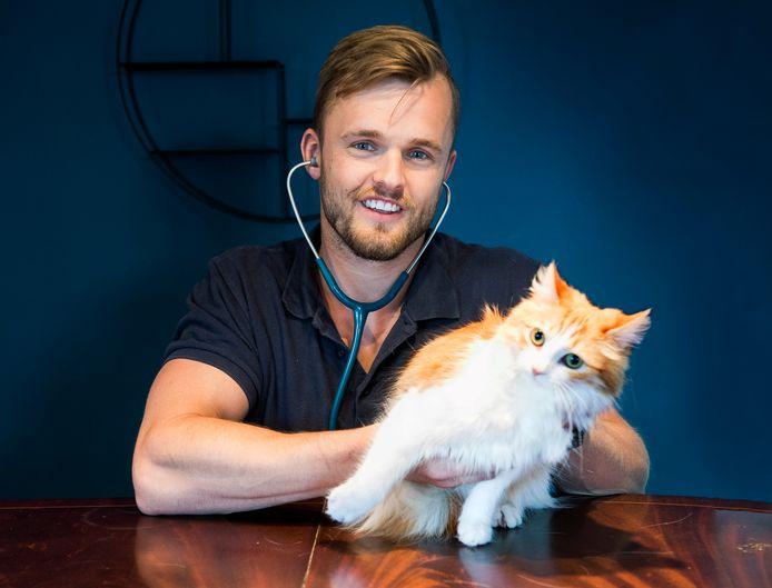 Pim Hegeman werkt als rijdende dierenarts bij mensen aan huis.