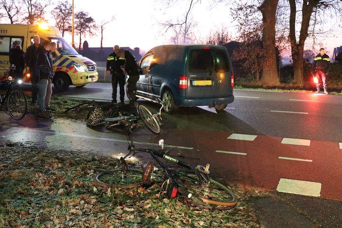 Twee fietsers raakten gewond bij een aanrijding in Kootwijkerbroek.