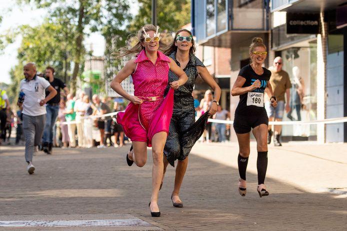 Elke en Beele Pronk en Ellen Nieboer (vanaf links) stuiven in minder dan anderhalve minuut over de finish voor ToiToi.