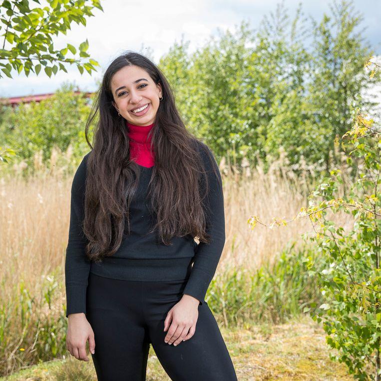 VN-jongerenambassadeur Hajar Yagkoubi (20) in Helmond, haar woonplaats: 'Ik kan gewoon mijn werk doen'. Beeld