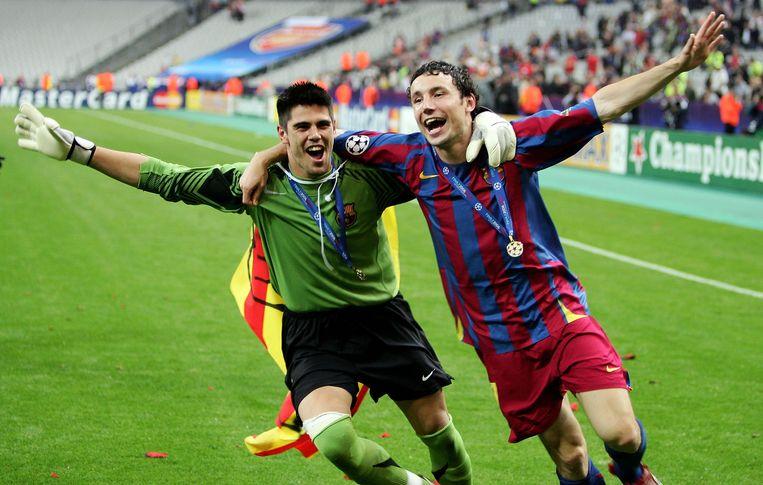 Keeper Victor Valdes en Mark van Bommel vieren de winst van de Champions League in 2006. Beeld null
