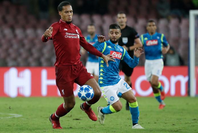 Ook al lijkt Lorenzo Insigne hier naast Virgil van Dijk nog zo nietig, vorig jaar besliste hij voor Napoli het duel met Liverpool.