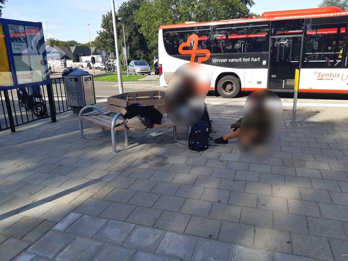De foto van de verdachten op het plein bij station Veenendaal-De Klomp.