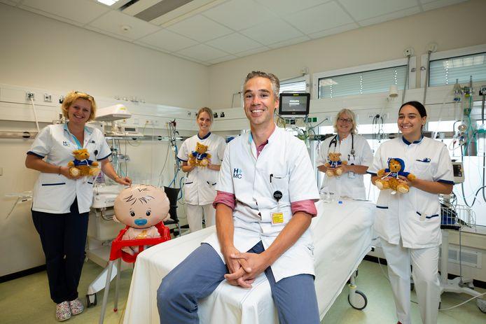 Het team van kinderarts Ralph Leunissen, met Sandra, Kirsten, Marleen en Ghizlan, staat helemaal klaar voor zieke kinderen op een van de behandelkamers van de kinderafdeling van HMC locatie Westeinde.
