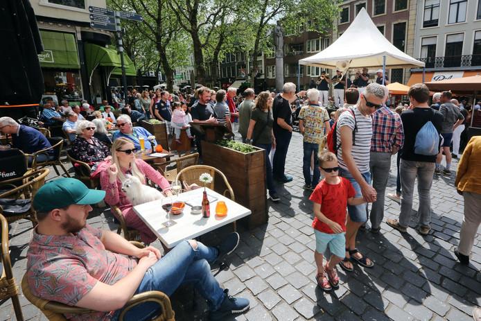 De terrassen op de Grote Markt tijdens het jazzfestival in Breda.