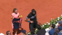 Luidruchtige toeschouwer schrikt wanneer tennisreus hem in bomvolle arena de levieten leest