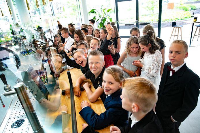 De kinderen uit groep 8 van De Vendelier maken zich op voor de première van hun film.