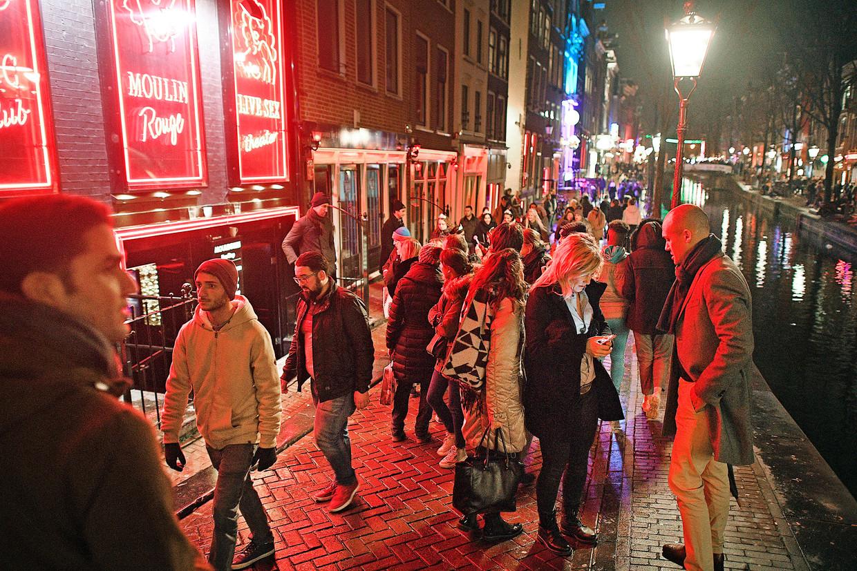 Drukte op de Wallen afgelopen weekend. Er lopen vooral toeristen, die denken dat alles er kan. De vele straatdealers versterken dat beeld.