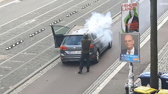 Amateurbeelden tonen hoe een dader schoten afvuurt in Halle.