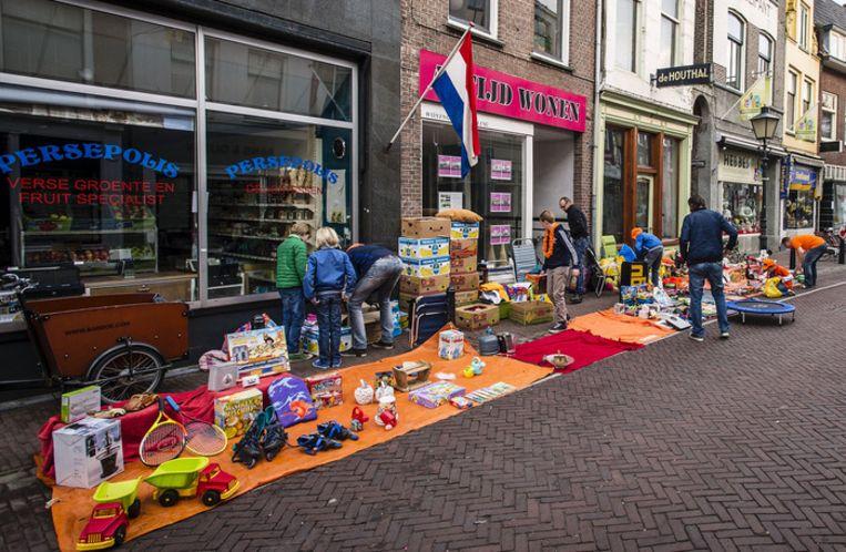 Kinderen richten 's ochtends in Utrecht hun verkoopplek in op de kindervrijmarkt in de Twijnstraat Beeld anp