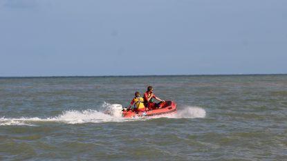 Jongen (18) van verdrinkingsdood gered door strandredders nadat rubberbootje kapseist buiten bewaakte zone