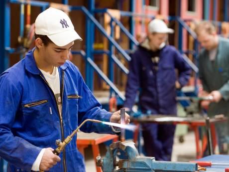 Bedrijven lokken mbo'ers met goed salaris, scholen bezorgd om diploma's
