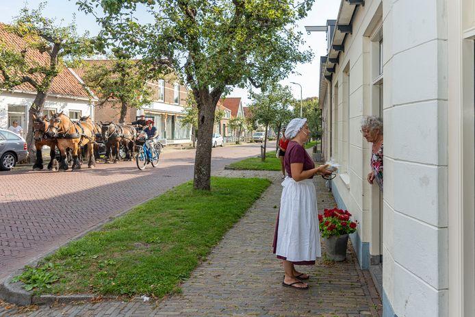 Iris Noldus verrast de vrijwilligster mevrouw Heijnen van de Burghse Dag met perentaart.