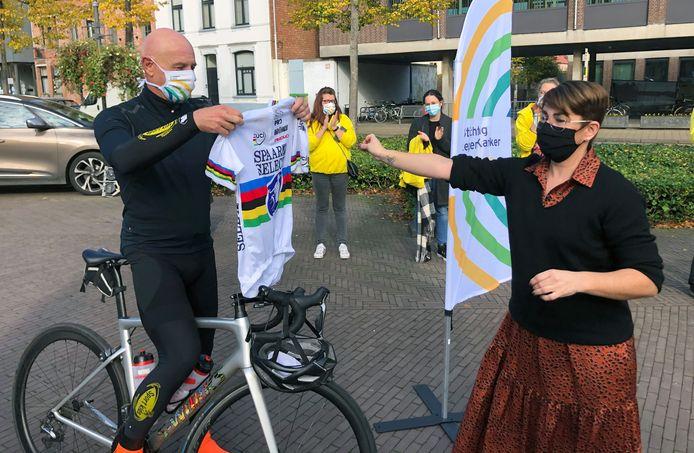 Organisator van de Tour of Hope Wouter Maertens een  krijgt wielershirt overhandigd van de gemeente Vorselaar