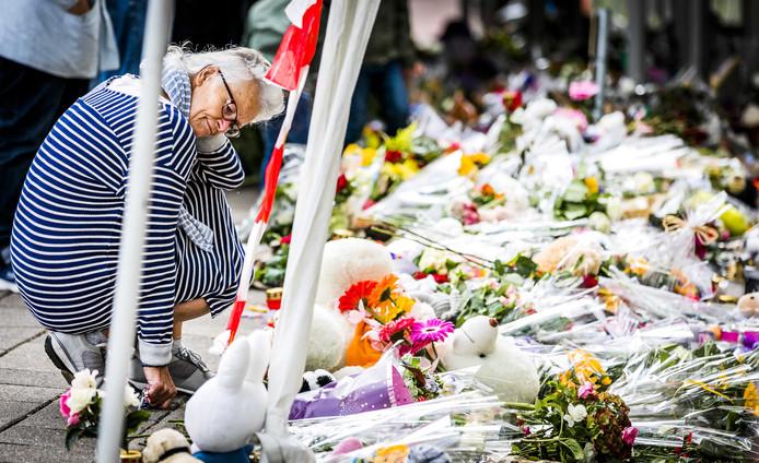 De bloemenzee bij de spoorwegovergang aan de Braakstraat in Oss waar vier kinderen omkwamen bij een ongeluk tussen een trein en een elektrische bakfiets.