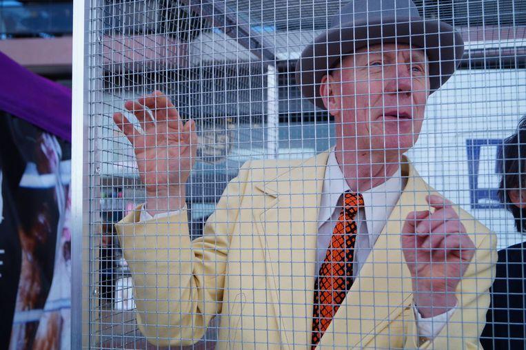 Herr Seele liet zich opsluiten in een kooi in Blankenberge