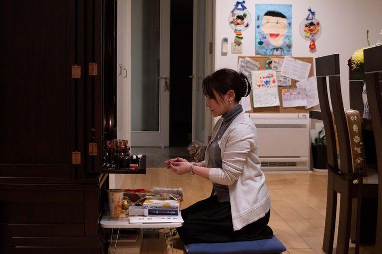 Kazumi Maeda heeft in haar huis een altaar ter nagedachtenis aan haar zoon Hayato, die zelfmoord pleegde. Beeld Reylia Slaby